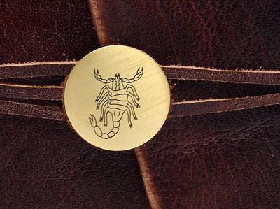 Eine Tierkreiszeichen Brosche - Personalisieren Sie Ihr Lederbuch